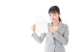 履歴書を持つ若いビジネスウーマンの写真素材 [FYI04720526]