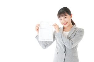 履歴書を持つ若いビジネスウーマンの写真素材 [FYI04720529]