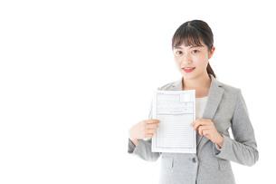 履歴書を持つ若いビジネスウーマンの写真素材 [FYI04720530]