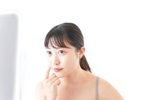 スキンケアをする若い女性の写真素材 [FYI04720538]