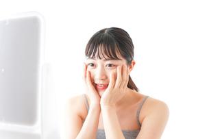 スキンケアをする若い女性の写真素材 [FYI04720561]