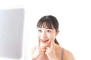 スキンケアをする若い女性の写真素材 [FYI04720563]