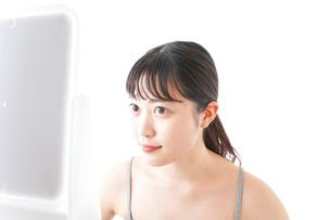 スキンケアをする若い女性の写真素材 [FYI04720564]