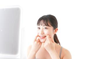 スキンケアをする若い女性の写真素材 [FYI04720571]