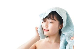 お風呂上がりの若い女性の写真素材 [FYI04720626]