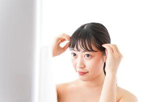 メイクをする若い女性の写真素材 [FYI04720629]