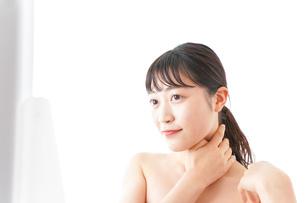 メイクをする若い女性の写真素材 [FYI04720648]