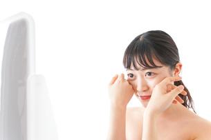 メイクをする若い女性の写真素材 [FYI04720652]