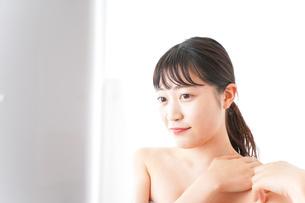 メイクをする若い女性の写真素材 [FYI04720653]