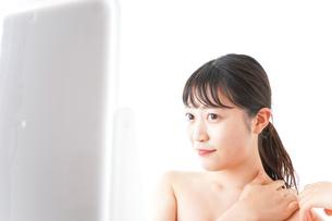 メイクをする若い女性の写真素材 [FYI04720655]