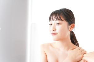メイクをする若い女性の写真素材 [FYI04720656]