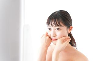 メイクをする若い女性の写真素材 [FYI04720658]