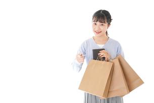 ショッピングを楽しむ若い女性の写真素材 [FYI04720672]