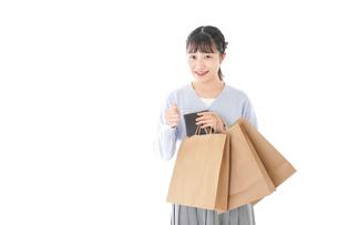 ショッピングを楽しむ若い女性の写真素材 [FYI04720673]