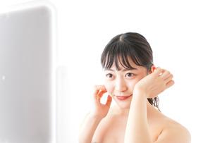 メイクをする若い女性の写真素材 [FYI04720675]