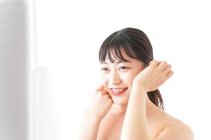 メイクをする若い女性の写真素材 [FYI04720677]