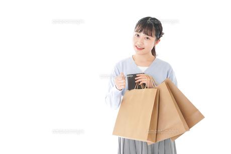 ショッピングを楽しむ若い女性の写真素材 [FYI04720678]