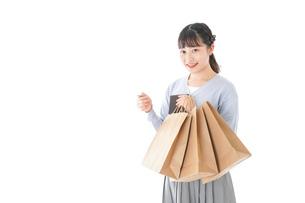 ショッピングを楽しむ若い女性の写真素材 [FYI04720681]