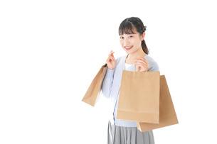 ショッピングを楽しむ若い女性の写真素材 [FYI04720685]