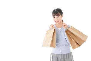 ショッピングを楽しむ若い女性の写真素材 [FYI04720687]