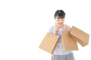ショッピングを楽しむ若い女性の写真素材 [FYI04720688]