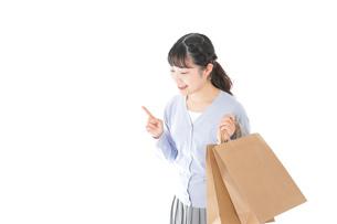 ショッピングを楽しむ若い女性の写真素材 [FYI04720690]
