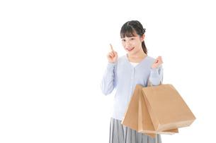 ショッピングを楽しむ若い女性の写真素材 [FYI04720692]