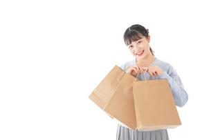 ショッピングを楽しむ若い女性の写真素材 [FYI04720693]
