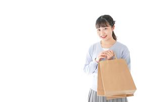 ショッピングを楽しむ若い女性の写真素材 [FYI04720695]