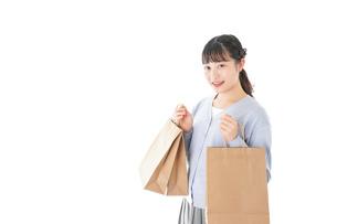ショッピングを楽しむ若い女性の写真素材 [FYI04720696]