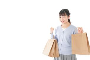 ショッピングを楽しむ若い女性の写真素材 [FYI04720697]