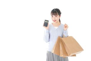ショッピングを楽しむ若い女性の写真素材 [FYI04720698]