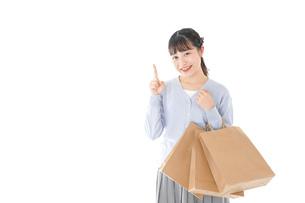 ショッピングを楽しむ若い女性の写真素材 [FYI04720702]