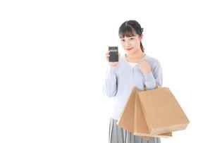 ショッピングを楽しむ若い女性の写真素材 [FYI04720705]