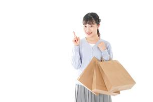 ショッピングを楽しむ若い女性の写真素材 [FYI04720706]