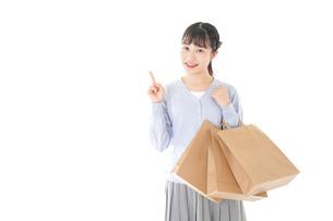 ショッピングを楽しむ若い女性の写真素材 [FYI04720708]