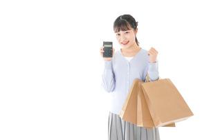 ショッピングを楽しむ若い女性の写真素材 [FYI04720711]