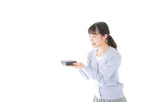 プレゼントを渡す若い女性の写真素材 [FYI04720739]