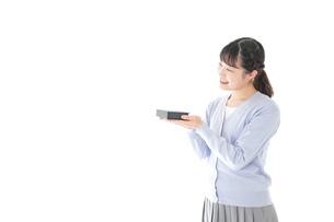 プレゼントを渡す若い女性の写真素材 [FYI04720740]