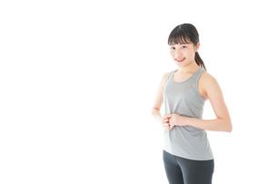 スポーツウェアを着た若い女性の写真素材 [FYI04720756]