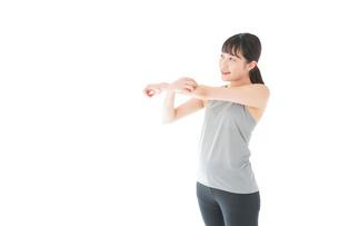 トレーニングをする若い女性の写真素材 [FYI04720758]