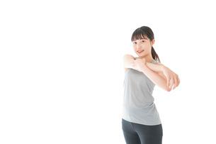 トレーニングをする若い女性の写真素材 [FYI04720759]