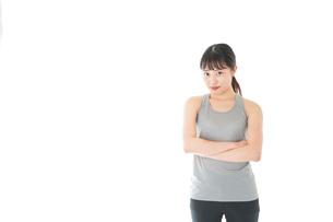 スポーツウェアを着た若い女性の写真素材 [FYI04720763]