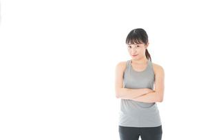 スポーツウェアを着た若い女性の写真素材 [FYI04720765]