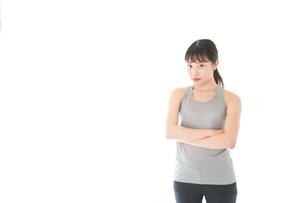 スポーツウェアを着た若い女性の写真素材 [FYI04720767]