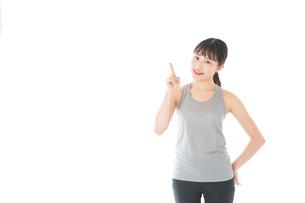 アドバイスをするスポーツウェアを着た若い女性の写真素材 [FYI04720772]