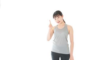 アドバイスをするスポーツウェアを着た若い女性の写真素材 [FYI04720773]