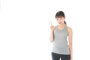 アドバイスをするスポーツウェアを着た若い女性の写真素材 [FYI04720774]