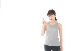 アドバイスをするスポーツウェアを着た若い女性の写真素材 [FYI04720775]