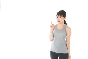 アドバイスをするスポーツウェアを着た若い女性の写真素材 [FYI04720777]